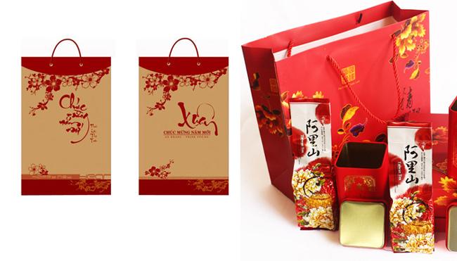 In hộp đựng quà Tết theo phong cách truyền thống thường mang sắc đỏ thắm