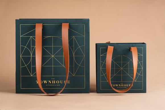 Dịch vụ in túi giấy Sắc Hoa Box hỗ trợ giao hàng tận nhà đúng thời hạn cho mọi đơn lớn nhỏ